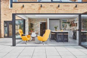 Otevřená kuchyň do terasy v anglickém domě