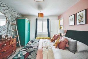 Barevná ložnice so starožitným nábytkem