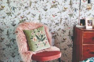 Židle s kožíškem při květinové tapetě