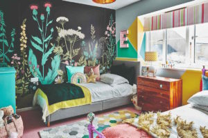 Barevný dětský pokoj s květinovými tapetami
