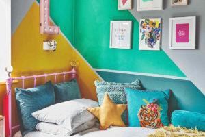 Barevná stěna nad dětskou postelí