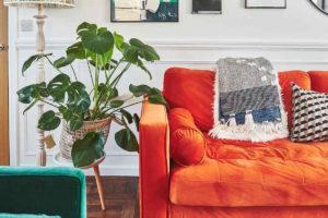 Zelená a oranžová pohovka v obýváku