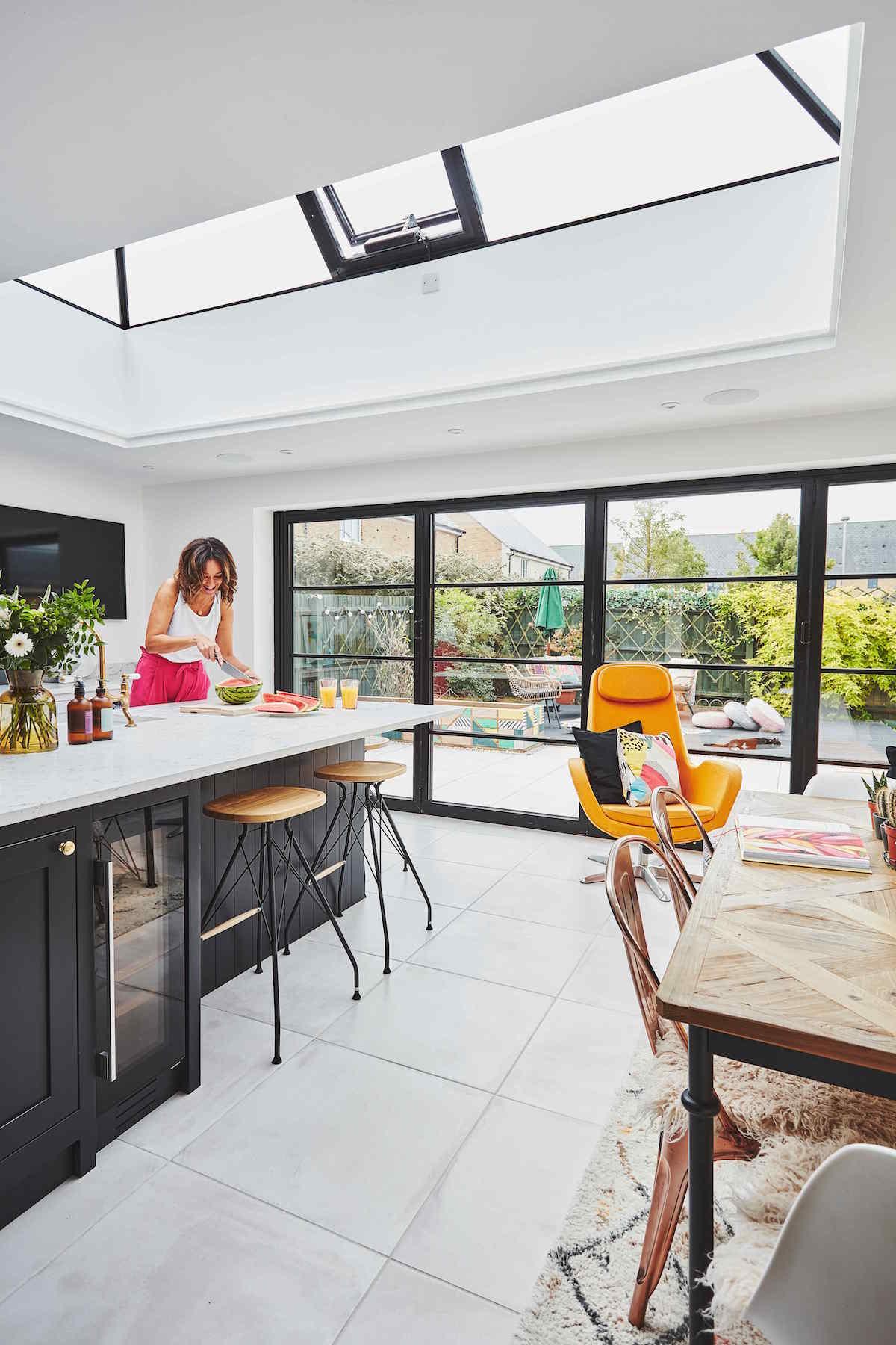 Kuchyň se svetlíkem, ženou a prosklením