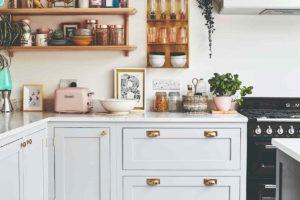 Bílá kuchyň s otevřenými policemi