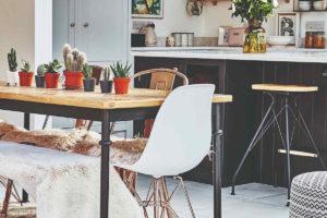 Jídelna se sukulentami na stole v otevřené kuchyni