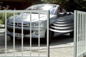 Vnější otevírající vrata s autem
