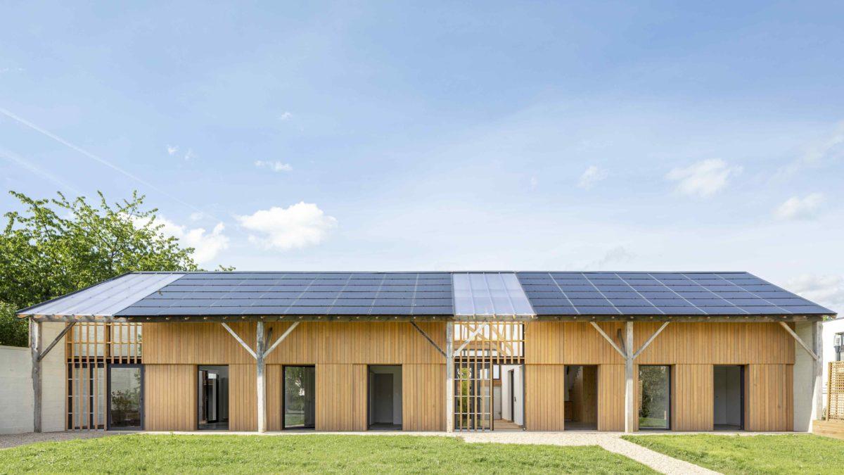 Zemědělský sklad přeměnili ve dva domy. Fotovoltaika, světlý interiér i zimní zahrada nesmějí chybět!