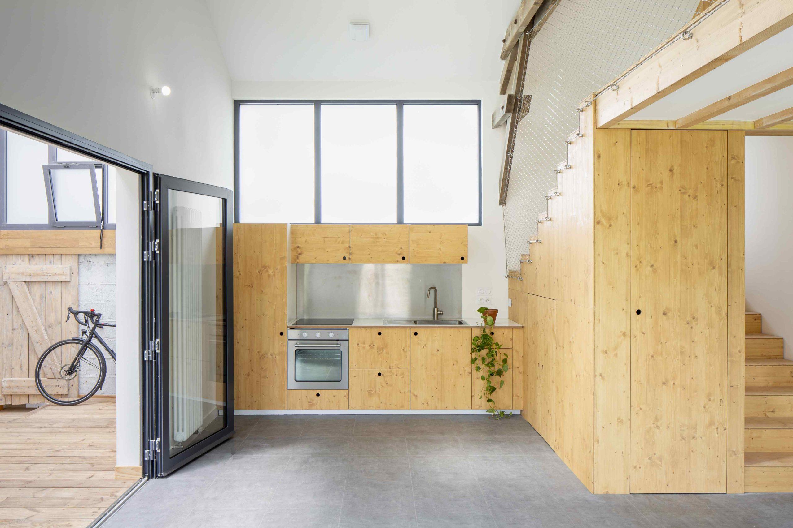 Drevěná kuchyň a velká okna nad ní