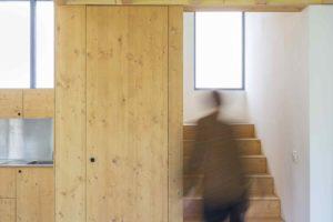Schodiště v rekonstruované stodole s úložním prostorem