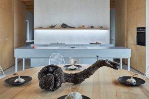 Kořen jako dekorace na stle v jídelně