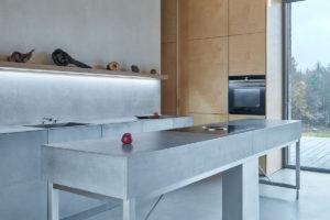 Sivá kuchyň s ostrůvkem