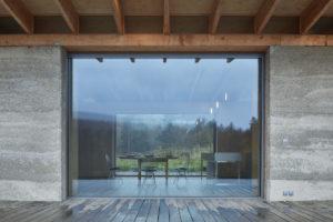 Velká okna na konopném betonu v přírode