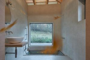 Koupelna se zanořenou vanou
