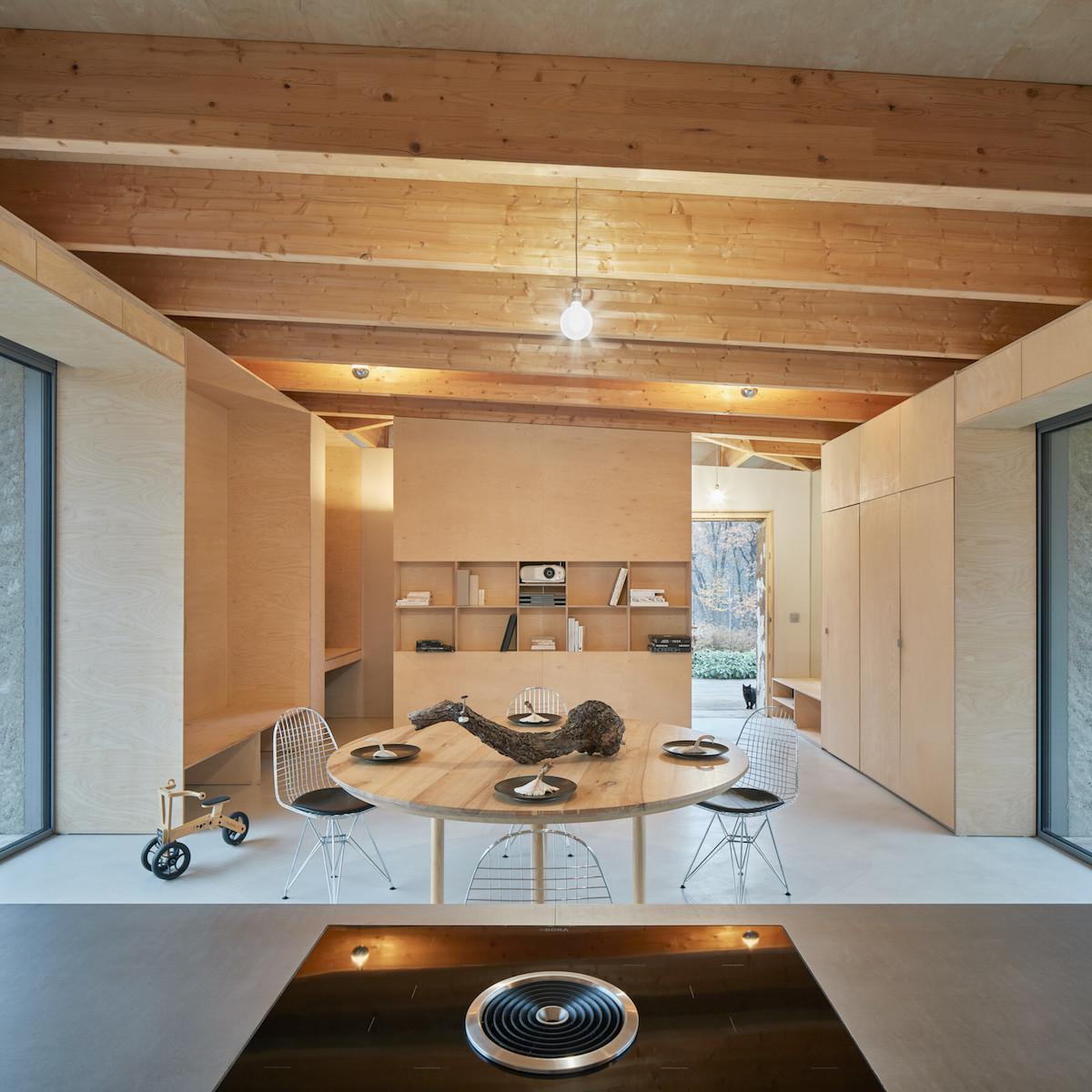 Obývací část domu s drevěným interiérem