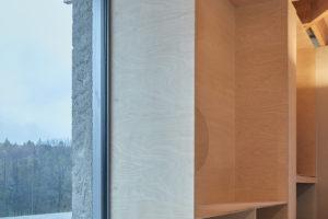 Velká okna v interiéru s odrážadlem