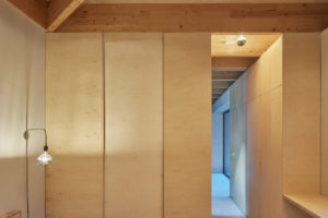 Drevěná jedmoduchá ložnice