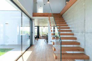 Drevěné schodiště se skleným zábradlím