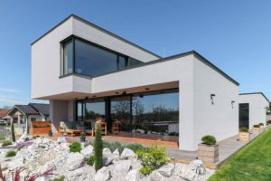 Geometrický rodinný dům se skalkou