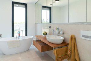 Světlá koupelna s volně stojící vanou