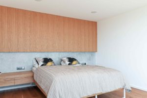 Ložnice s dřevěnou stěnou a podlahou