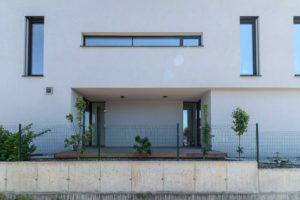 Geometrická stavba s pozdĺžními oknami