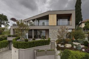 Geometrická vila s prosklenými plochami a jaonskou zahradou