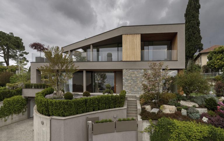 Úchvatná hra s tvary a odrazy díky velkolepému použití skla v domě. Průzračný interiér vás ohromí