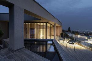 Terasa s bazénem a prosklenou ložnicí