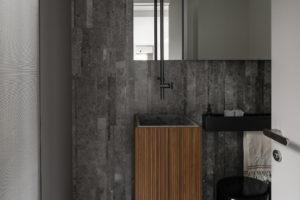 Moderní toaleta v šedé