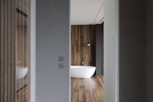 Drevěná podlaha na poschodí s volně stojíci vanou