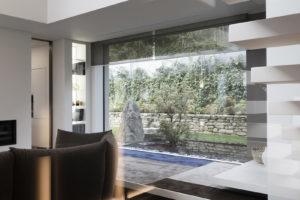 Obývací pokoj s dvojnásobnou výškou a skleněnými stěnami