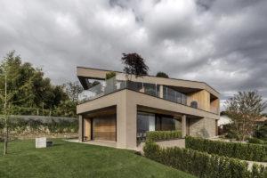 Geometrická vila s prosklenými plochami