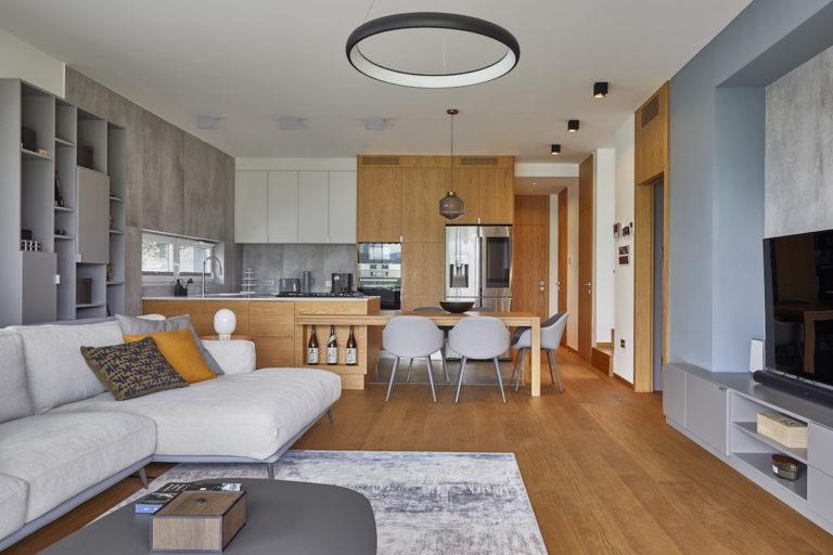 Elegantní světlý dům s moderním interiérem a inteligentními systémy