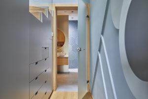 Chodba s úložným prostorem do koupelny