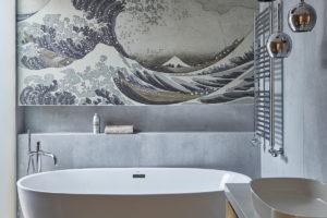 Dizajnová koupelna s volně stojící vanou a tapetou