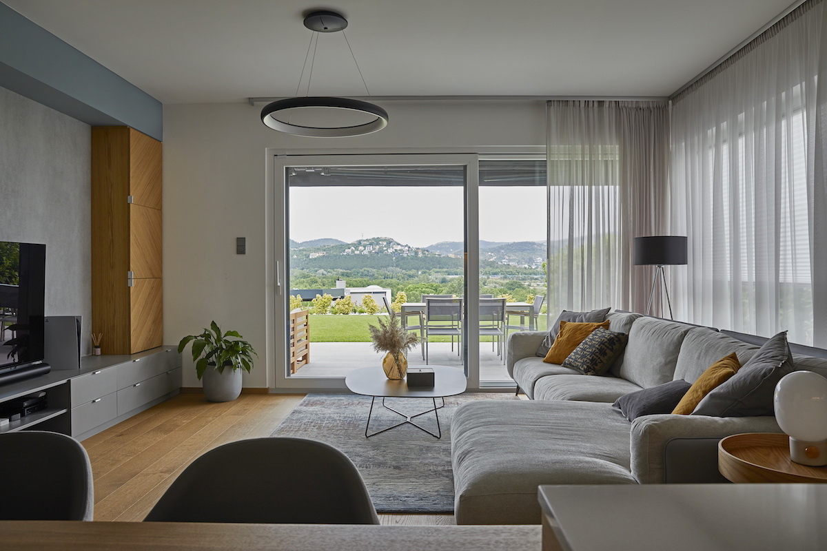 Prostorný obývací pokoj v šedé a horčicové