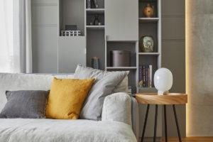 Geometrický nábytek v šedé a horčicové