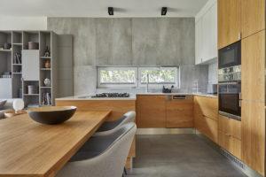 Prostorná kuchyň v horčicovém dřevěném stylu se šedou
