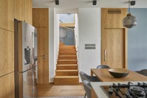 Schodiště do podlaží domu z kuchyně
