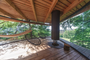 Interiér stromodomu s křesílkami a krbem