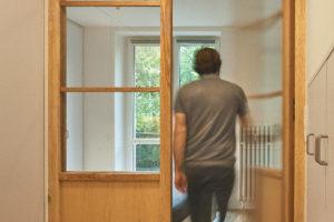 Otevřené dveře a muž