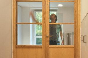 Prosklené dveře a muž