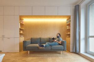 Vestavěná stěna s knihovnou a pohovkou