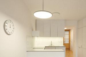 Bílá úzká kuchyň s lavicí