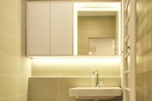 Jednoduchá koupelna s vanou