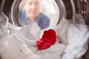 Žena se dívá do pračky