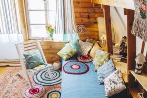 Maximalistický interiér plný barev