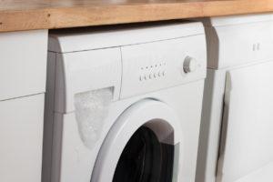 Přeplněná pračka práškem