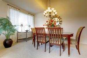 Klasická jídelna s mahagonovými židlemi