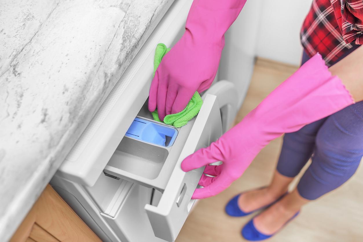 Žena čistí pračku